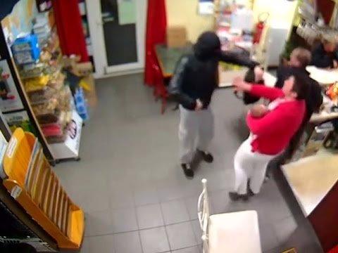 VIDEO | Hulljulge naine paneb ülbe röövli paika