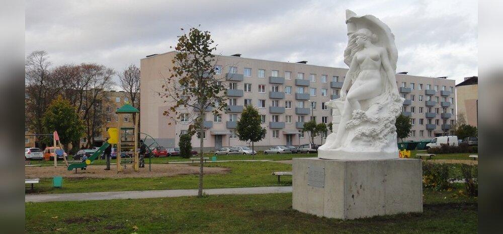 ФОТО читателя Delfi: В Палдиски на детской площадке поставили скульптуру в стиле ню