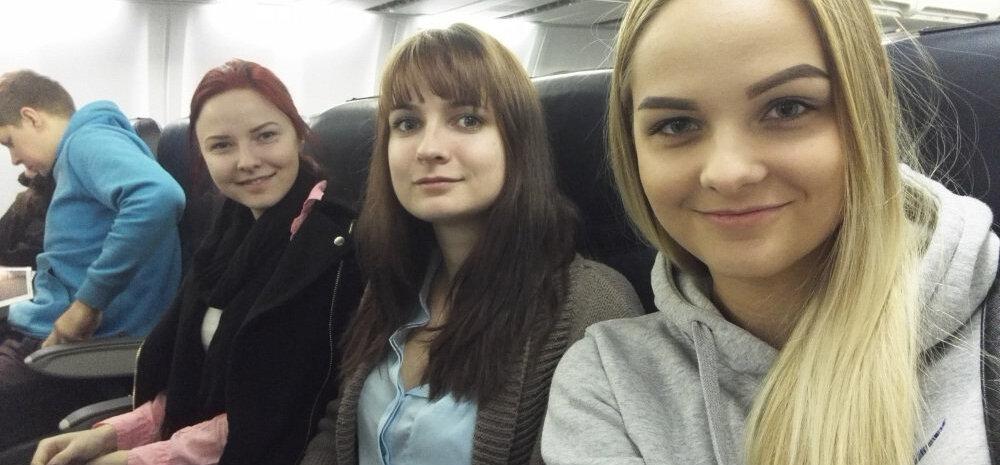 Tulevane naispiloot Leena (paremal) koos teiste Eesti vahetustudengitega.