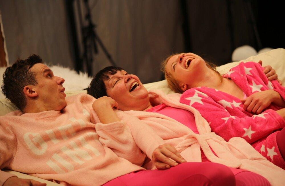 Esimesed 20–30 minutit ei tee näitlejad laval muud, kui naeravad hüsteeriliselt ja sunnitult.