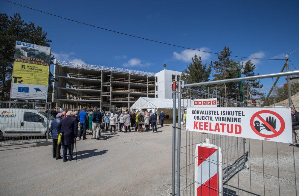 Mustamäe tervisekeskus sai kätte oma lõpliku kõrguse. Sarikapeol tänati ehitajaid