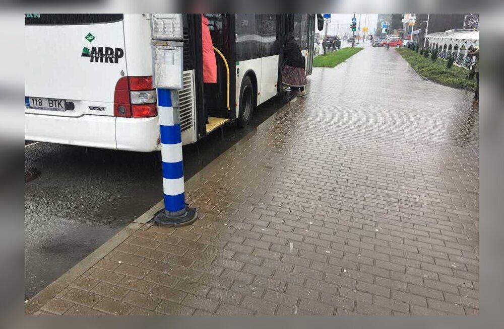 Абсурд: в Таллинне автобусы не могут подъехать к остановке из-за установленного на ней столба