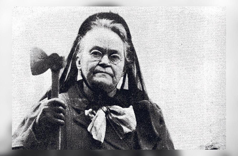 Äge naine peksis kõrtse kirvega puruks