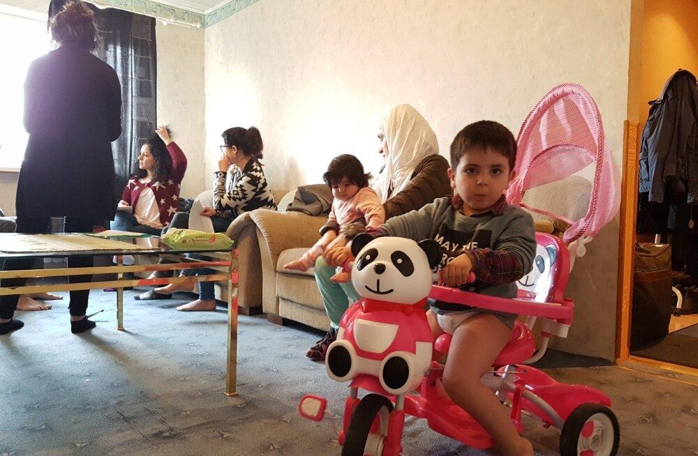 Kolmeaastane Wael mängib Põlva üürikorteris, mida ta sai üürikest aega oma koduks nimetada. Tema selja taga vestleb külalistega pereema Taimaa, süles kaheksakuune Heln.