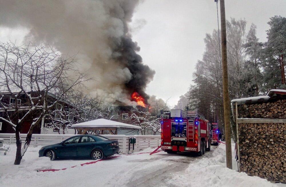 ФОТО: В волости Выру открытым пламенем полыхает дом
