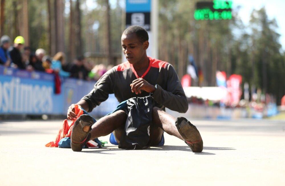 FOTOD: Ibrahim Mukunga läbis Tartu Jooksumaratoni olude sunnil sokkides, kuid võttis ikkagi võidu