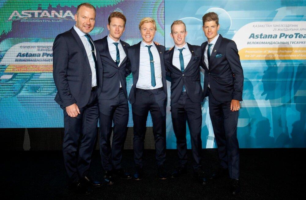 Astana Teami taanlased meeskonna esitlusel, paremal Jakob Fuglsang