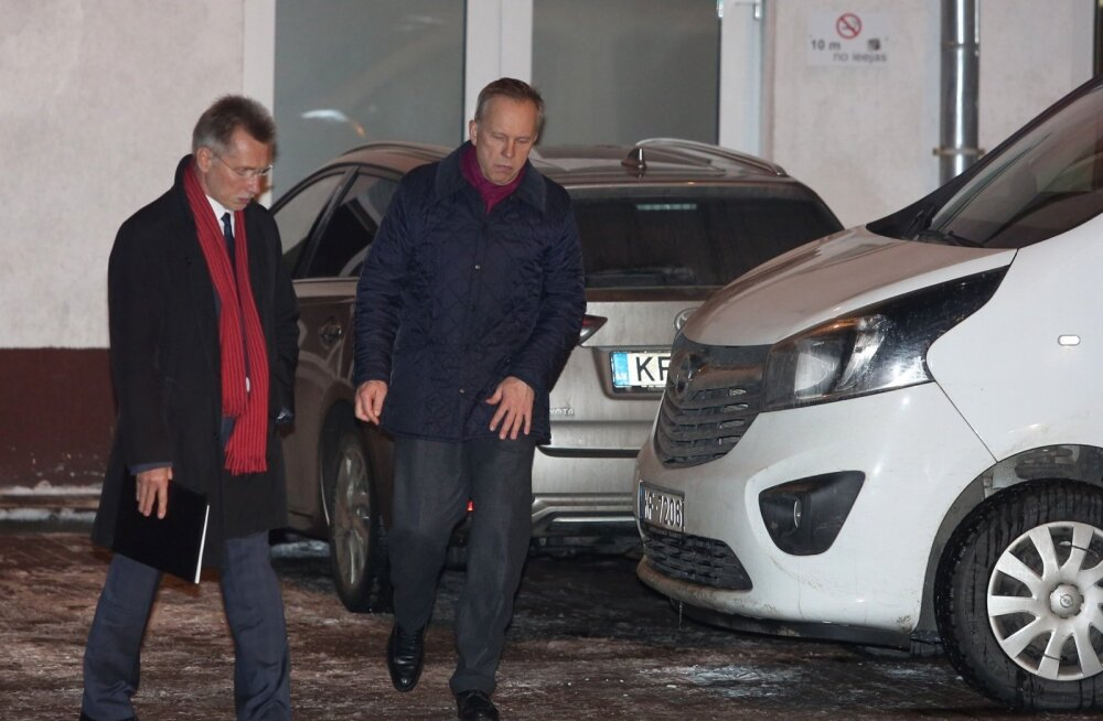 Ilmārs Rimšēvičs (paremal) pärast arestimajast vabanemist koos oma advokaadi Saulvedis Vārpiņšiga