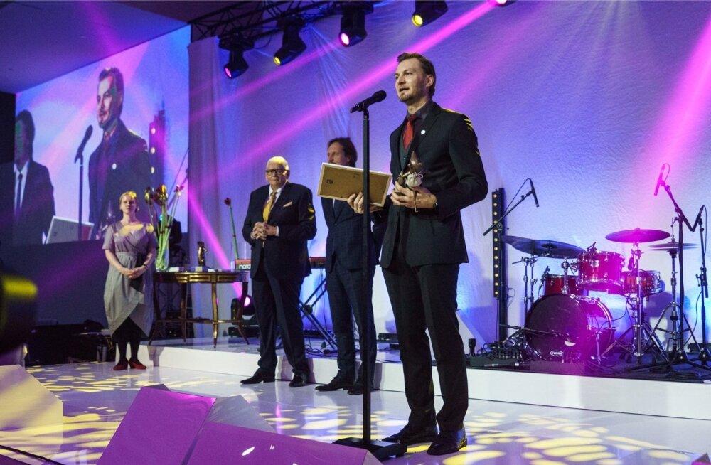 Eesti teatri- ja muusikamuuseumi juht Tanel Veeremaa võtab vastu Muuseumiroti auhinna. Taamal Indrek Saar ja Ants Leemets