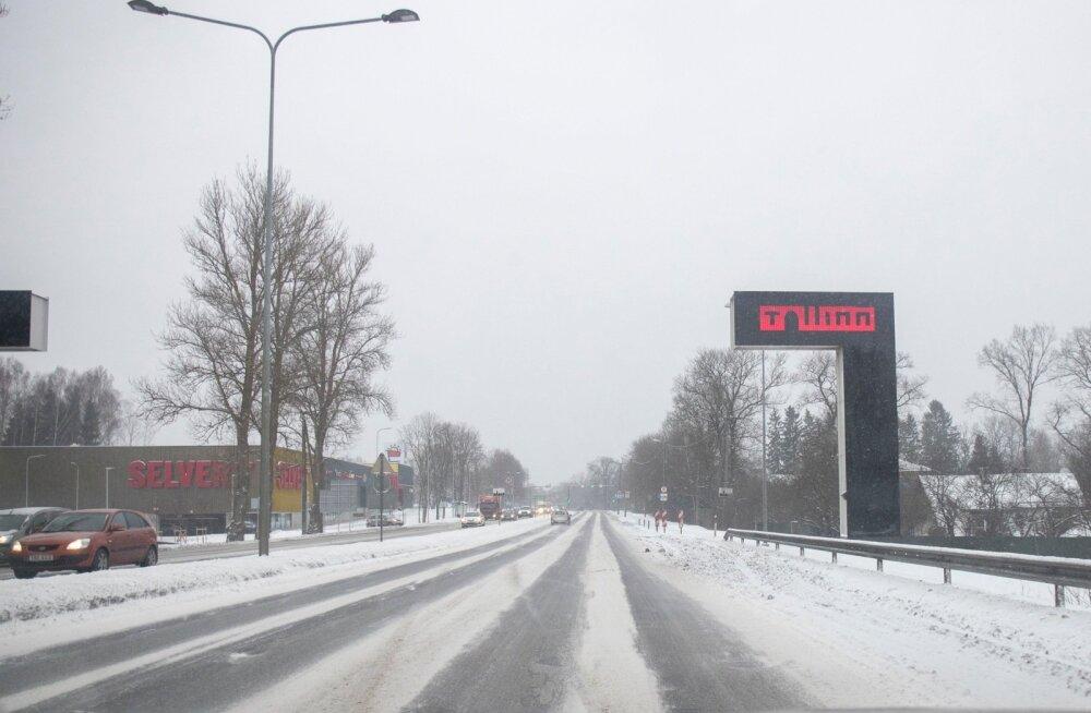 Liikluspiirangud ja teeolud: kerge lumesadu, teed on soolaniisked või -lumesegused