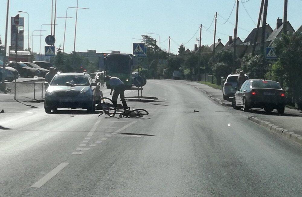 ФОТО: В Тарту автомобиль сбил на пешеходном переходе велосипедистку