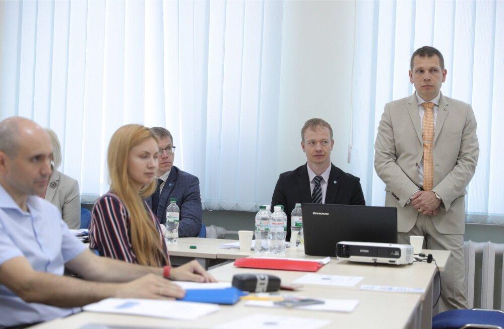 Eerik Heldna (paremal) Kiievis NABU koolitusel, kus president Kersti Kaljulaid veetis oma visiidi ajal pea kolmveerand tundi küsimustele vastates.