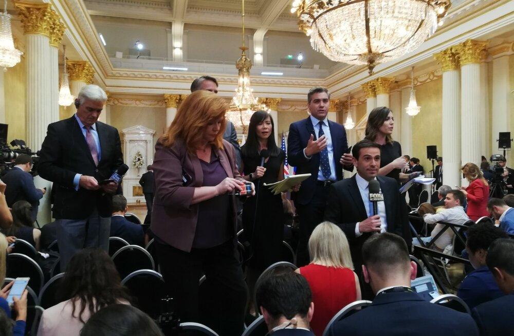 Jim Acosta CNN-ist (žestikuleerimas) ja stuudios oleva Anderson Cooperiga suhtlemas. See, et ta toolile tõusis, tegi ta peajagu kõrgemaks ka enda ees seisvast Fox Newsi ehk Donald Trumpi lemmikkanali reporterist.