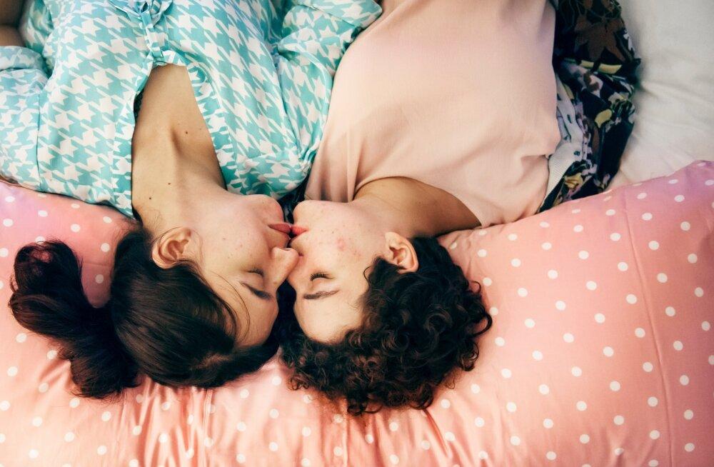 Kui naine armastab naist: sama palju, kui on lesbipaare, on ka asju, mida need paarid voodis teha saavad