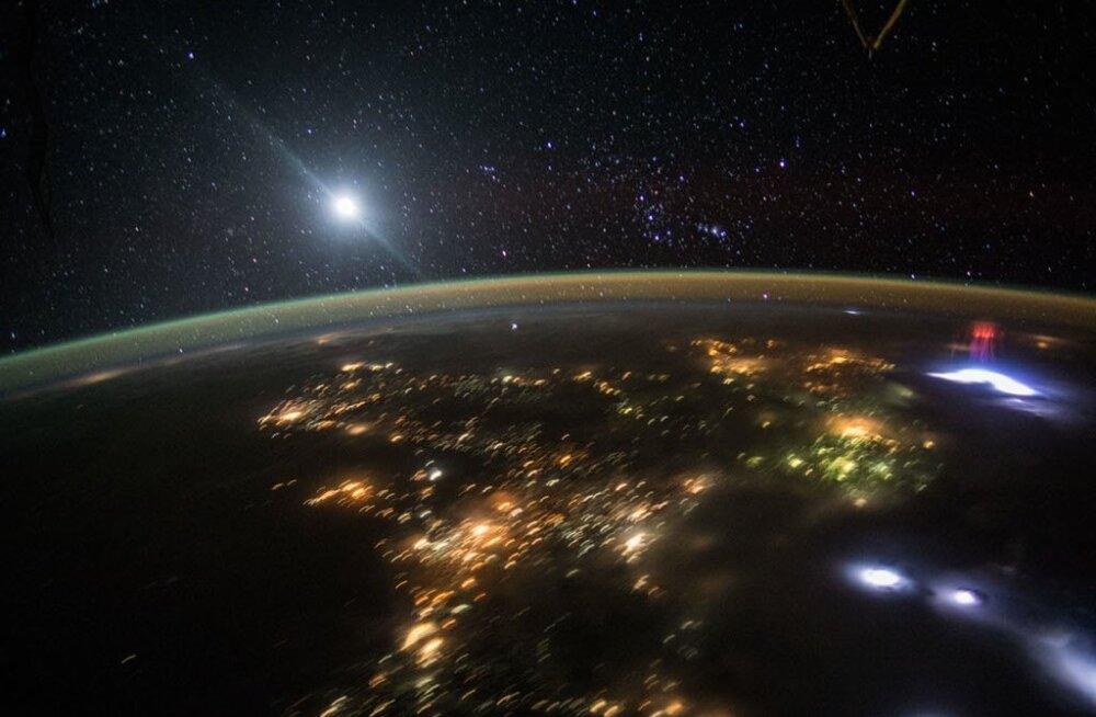 Paremal võib näha punast kosmosevälku.