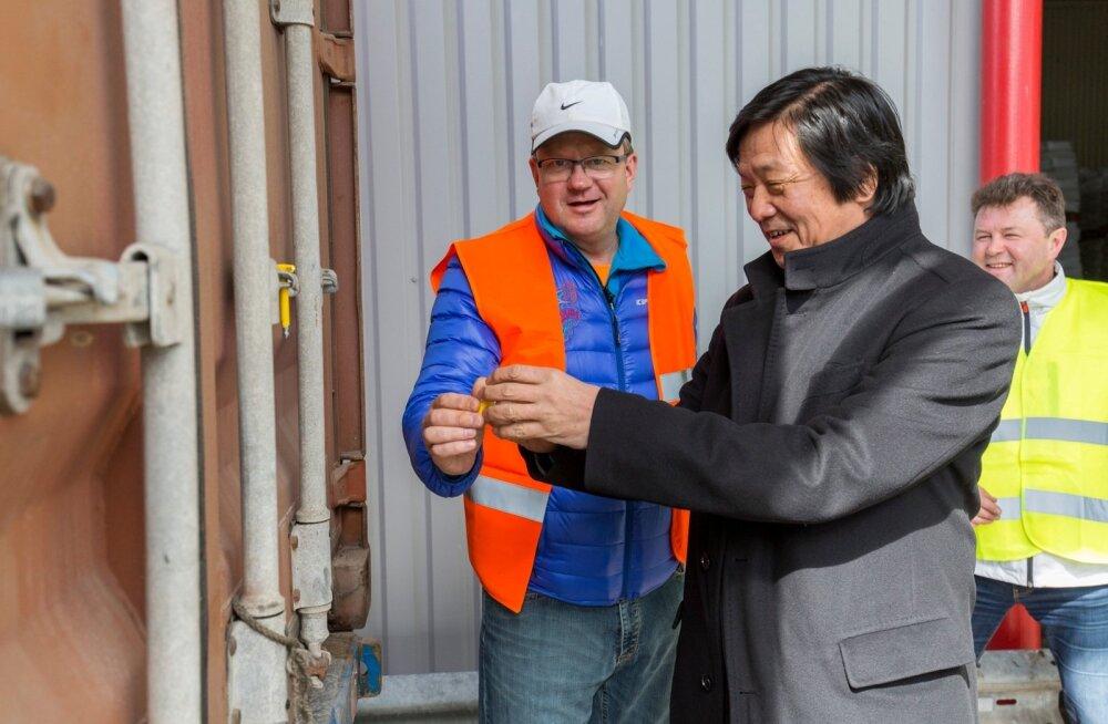 Tere omanik Oliver Kruuda ja Jaapani suursaadik Tetsuro Kai saatsid aprillis Põlvast teele ajaloolise lõssipulbri koorma, kokku sada tonni Tere tehases toodetud söögipoolist.