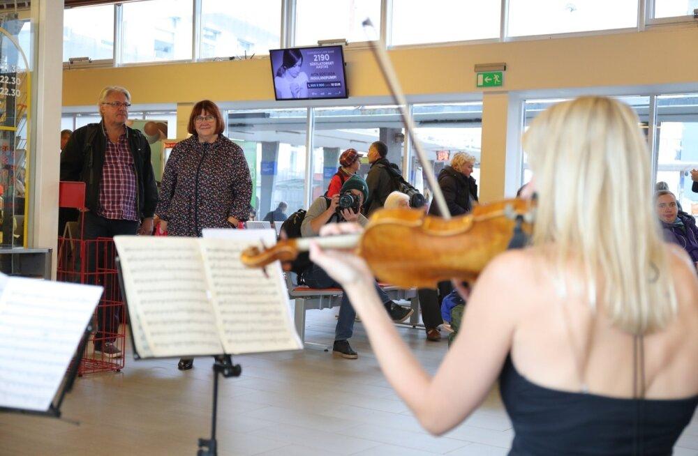 FOTOD   Keelpillikvartett vallutas muusikapäeval Tallinna bussijaama
