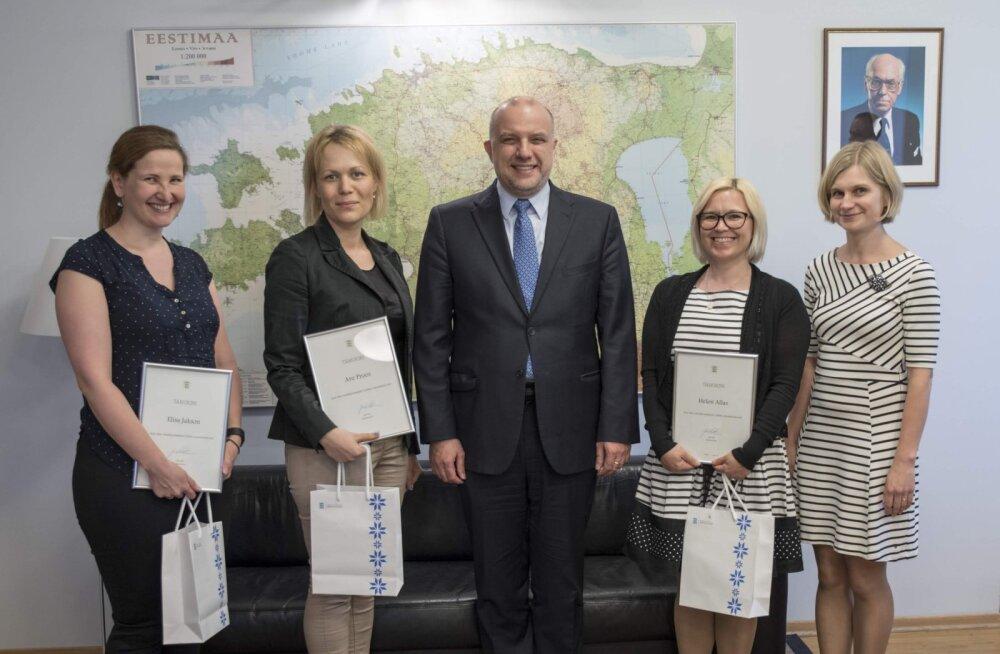 Министр обороны поблагодарил создательниц приложения для кризисных ситуаций