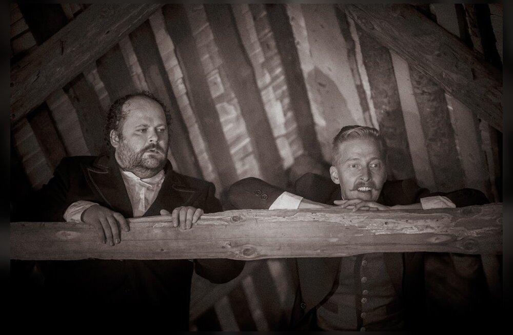 """Urmas Vadi lavastuses """"Kus sa oled, Juhan Liiv?"""" on Liivi rollis Aarne Soro (paremal), Jaan Pehk on aga Jumal."""