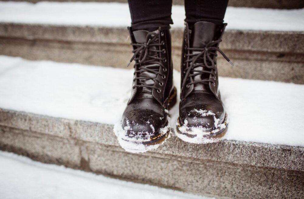 Lihtne nipp, kuidas eemaldada jalanõudelt inetuid soolarante