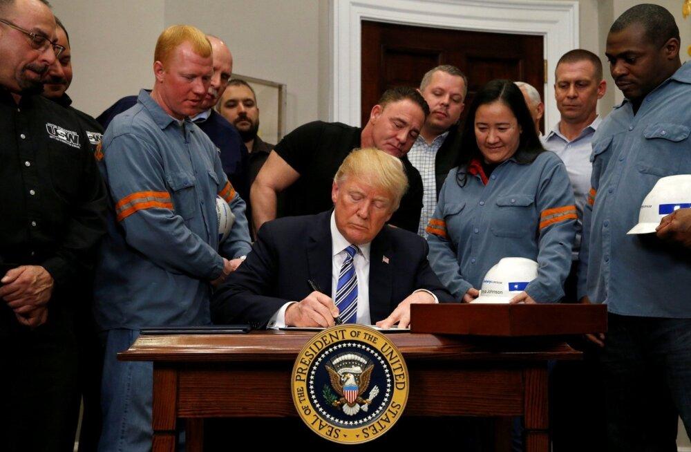 Terase- ja alumiiniumitehaste töötajatest ümbritsetud USA president Donald Trump allkirjastas Valges Majas neljapäeval tollitariifide korralduse, mis ähvardab tekitada kaubandussõja.
