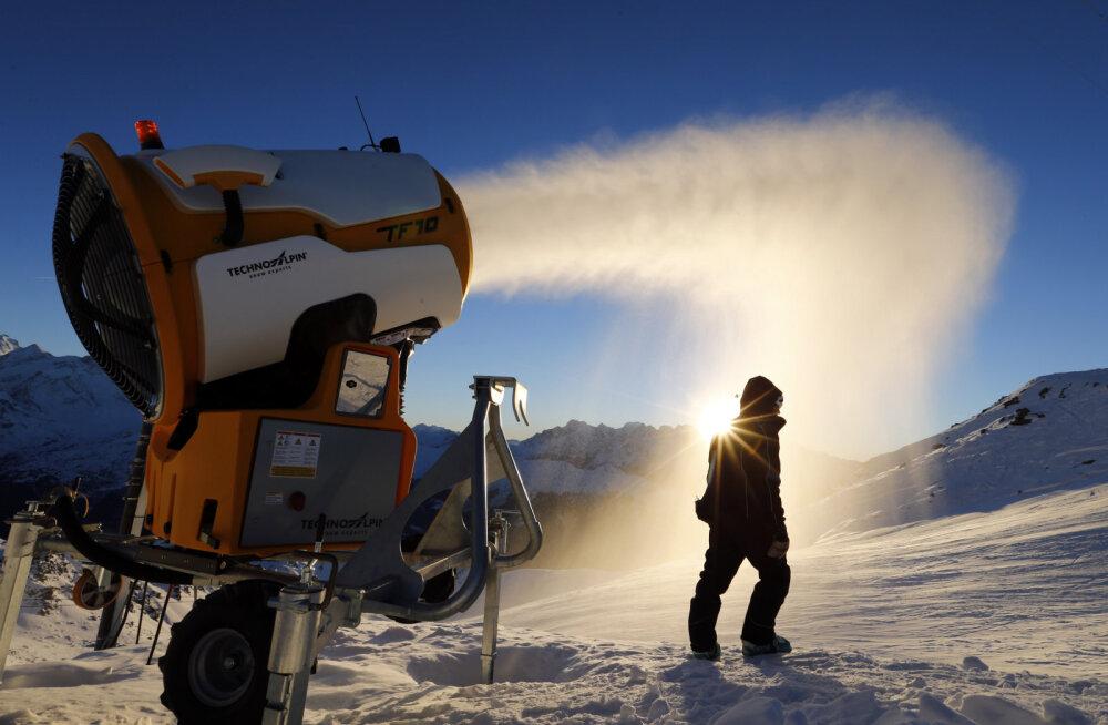 Hull plaan? Šveitsis tahetakse tuhandete lumekahuritega Alpide liustikke päästma hakata