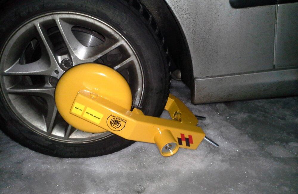 Sajale parkimistrahvile vilistanud naise auto ratas pandi lukku. Naine saagis luku maha
