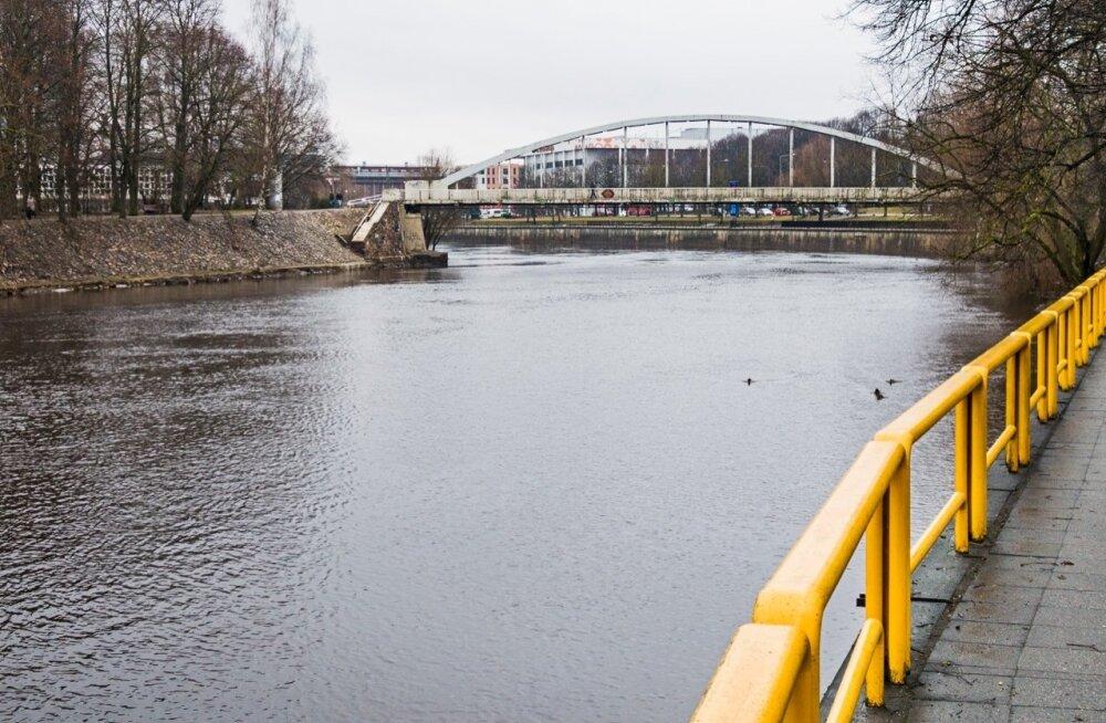 Tartu linna piires on Emajõelt jää läinud ja veetase tõuseb.