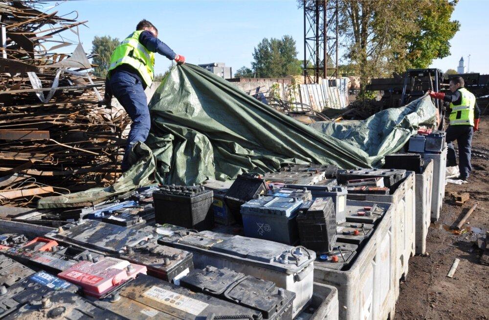 Eelmisel aastal tõkestati Läti piiril ebaseaduslik akudevedu. Keskkonnainspektsiooni sõnul tuleb selliste juhtumitega tõsiselt tegeleda, et Eestist ei kujuneks lääneriikide jäätmete odav sihtriik.