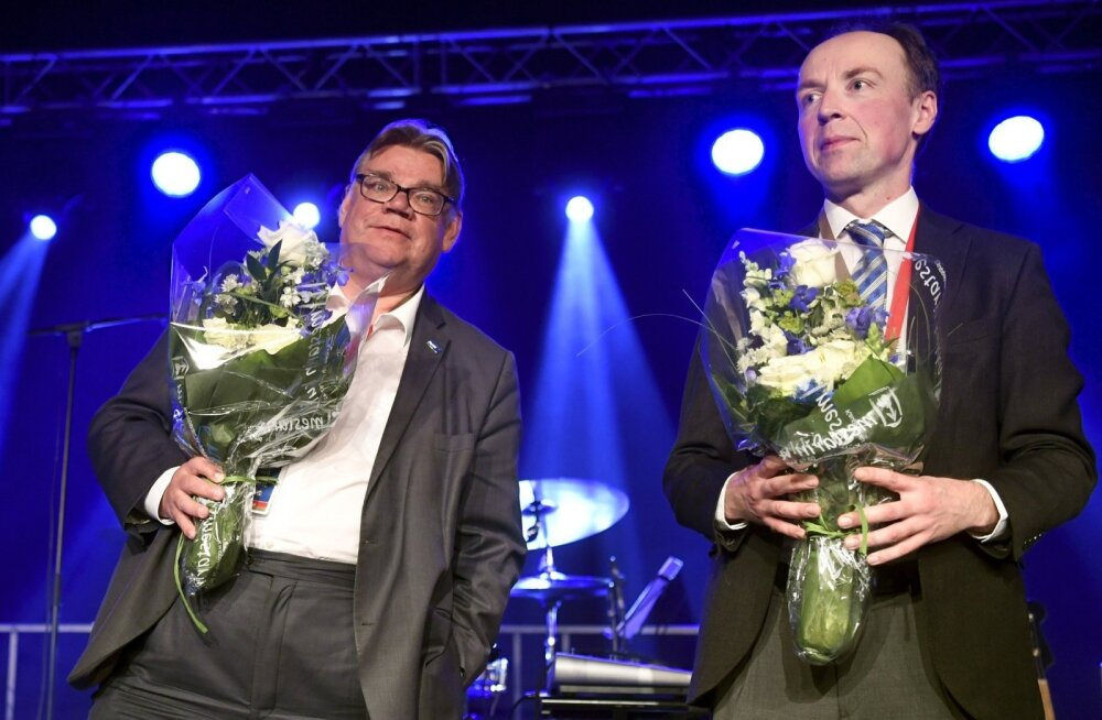 Senine Põlissoomlaste esimees Timo Soini (vasakul) ja partei uus juht Jussi Halla-aho pärast erakonna juhi valimisi. Mingit keemiat nende kahe vahel küll pole.