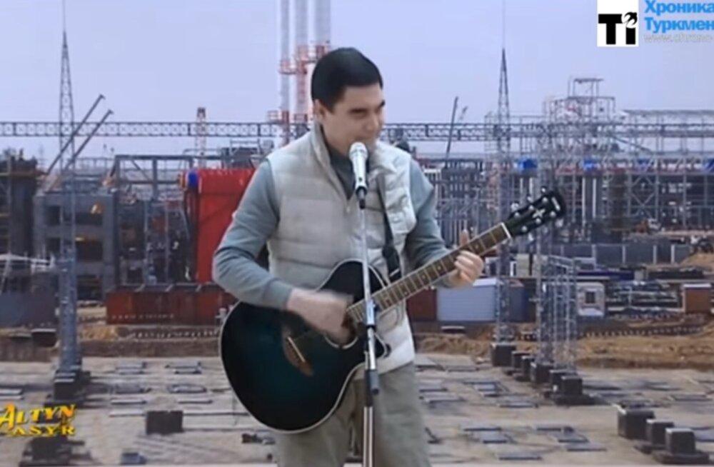 VIDEO: Türkmenistani diktaator esineb töölistele endaloodud laulukesega