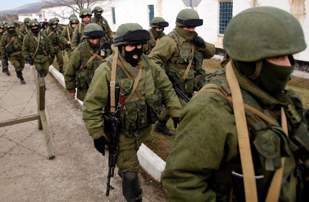 Kaos Ukrainas oli õnnistus GRU-le, mis oli ka üks juhtivaid ametkondi Krimmi hõivamisel. Pildil nn rohelised mehikesed 2014. aasta märtsi algul Krimmis Perevalnõi baasi piiramas