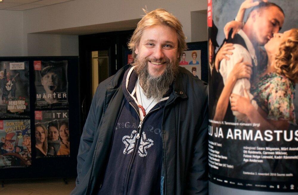 Ingomar Vihmar Pärnu Endla teatri fuajees koos lähedastega, nagu ikka. Oh, elu ja armastus.