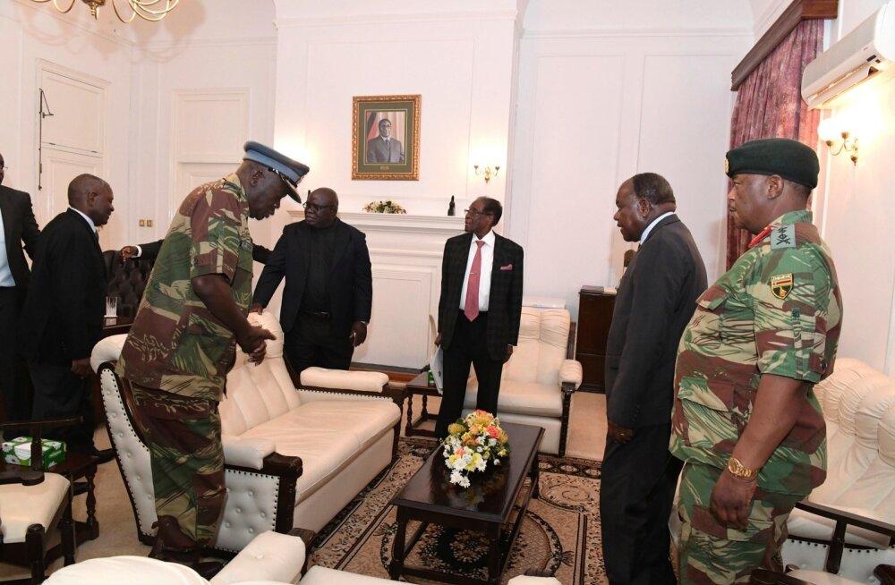 Robert Mugabe (keskel) pühapäeval koos kindralitega presidendipalees