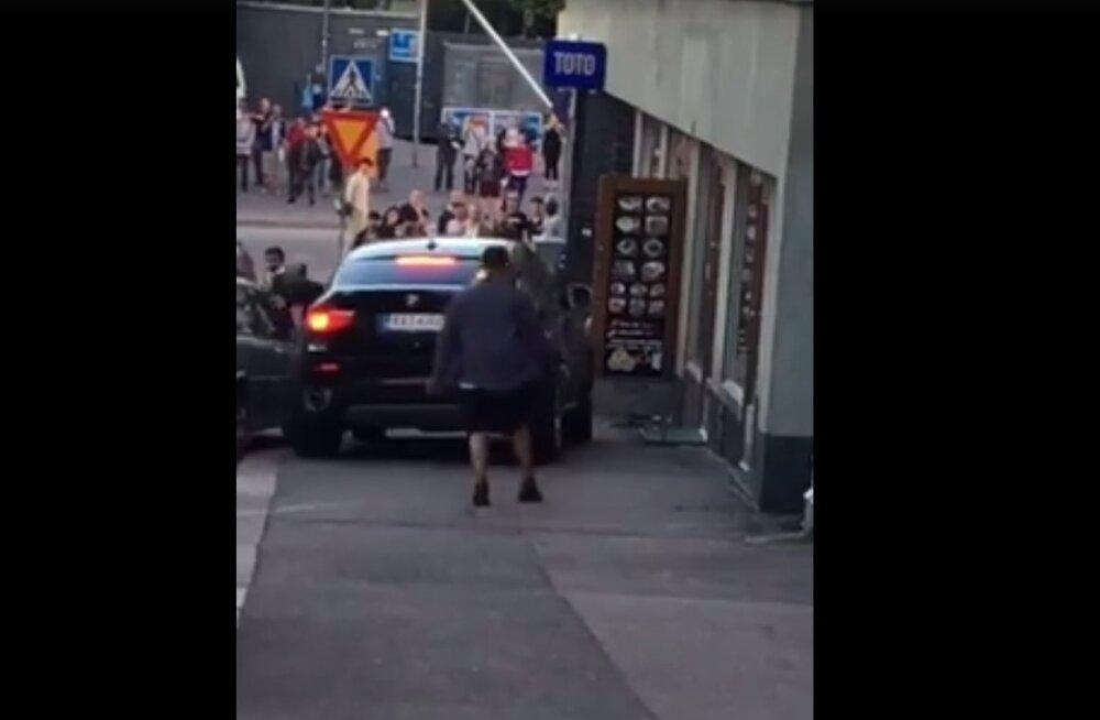 Helsingis proovis autojuht inimestele otsa sõita