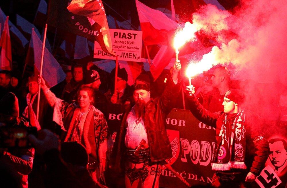 Poola paremäärmuslased on juba aastaid jõudnud maailma meediasse rongkäikudega, kus nad kannavad riigilippe kõrvuti tõrvikute ja vaenu õhutavate plakatitega. Nüüd võib üritus ära jääda.