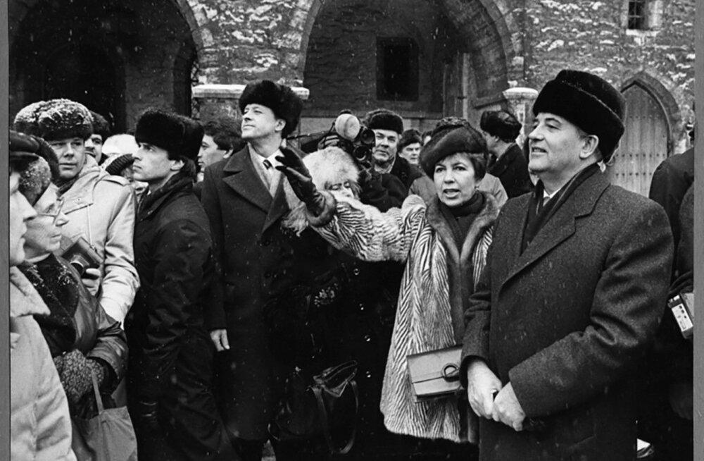 Mihhail Gorbatšov külastas Tallinna 1987. aasta veebruaris.. Pildil koos abikaasa Raissaga Raekoja platsil