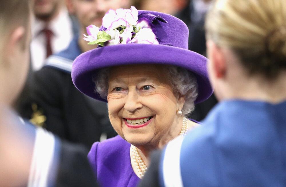 Jälle puding? Kuninganna Elizabeth II hangib tänavu oma töötajatele jõulukingi odavpoeketist
