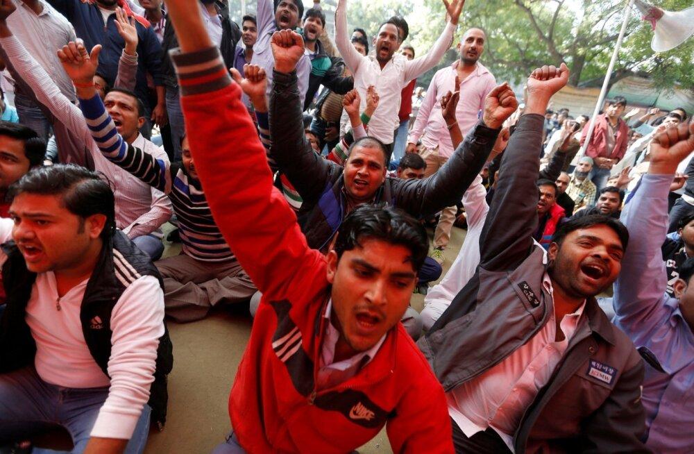 Uberi juhid 13.veebruaril New Delhis palgakärbete vastu meelt avaldamas.