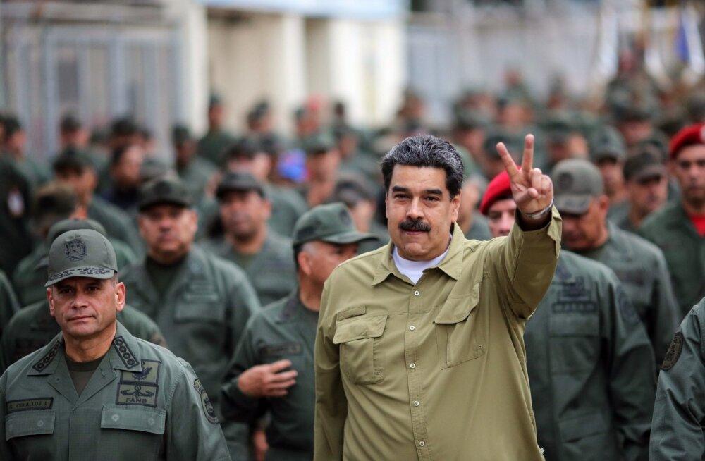 Venezuela presidendi Nicolás Maduro büroo avaldas eile foto riigipeast pealinnas Caracases sõjaväeparaadil. Seni seisavad väed veel Maduro selja taga. Kui naftakraanide tulu kokku kuivab, võib kõik muutuda.