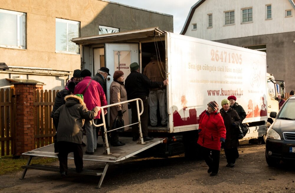 Juba enne lihaauto tulekut ootas järjekorras 13 inimest. Terve turupäeva voorib inimesi pidevalt sisse ja välja.