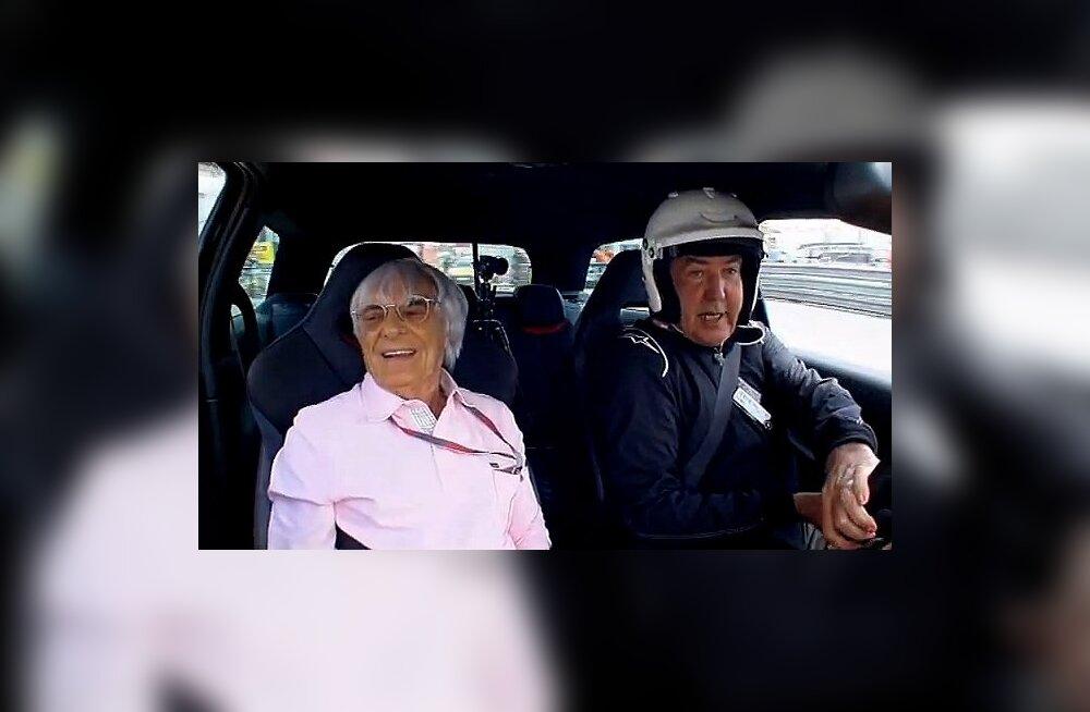 Ecclestone Clarksoni karusselli nautimas, turvavööl elegantselt kaenla all peidus.