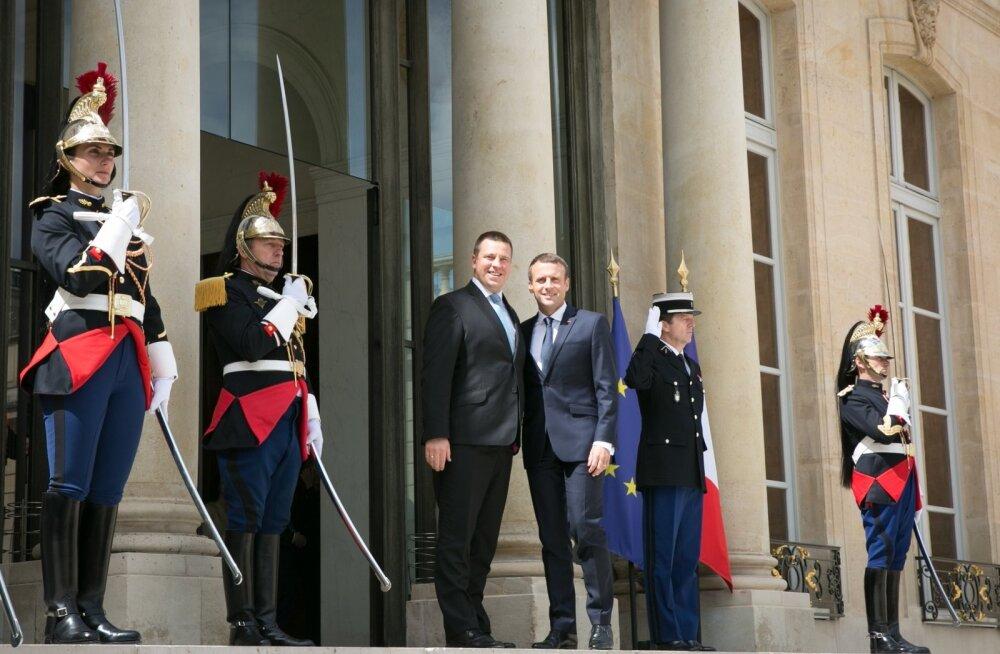 Jüri Ratas ja Emmanuel Macron. Neid kõrvuti Prantsusmaa presidendi uhke lossi ees vaadates pole näha, et kuskil oleks suur liigade vahe.