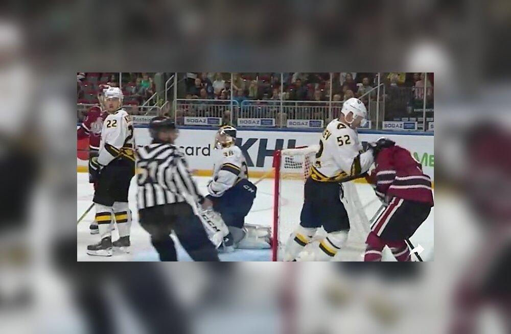 ВИДЕО: Подлые приемы на хоккейной площадке! В матче КХЛ хоккеист получил клюшкой в живот