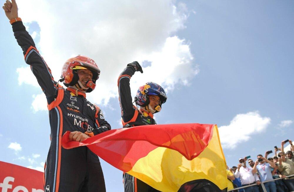 Thierry Neuville ja Nicolas Gilsoul Portugali ralli võitu tähistamas.