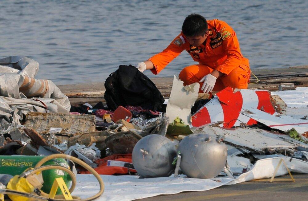 Indoneesia päästja vaatas eile läbi rusutükke, mis olid arvatavasti pärit meresügavikku kadunud Lion Airi lennukilt.