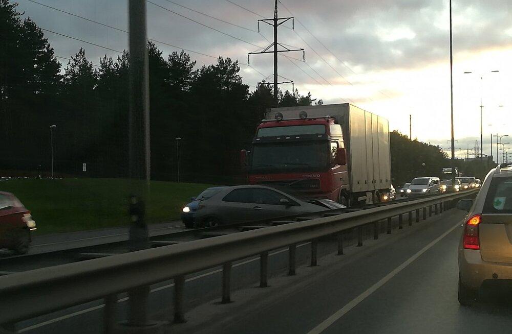 На Ярвевана теэ столкновение грузовика и Honda Civic создало огромную пробку