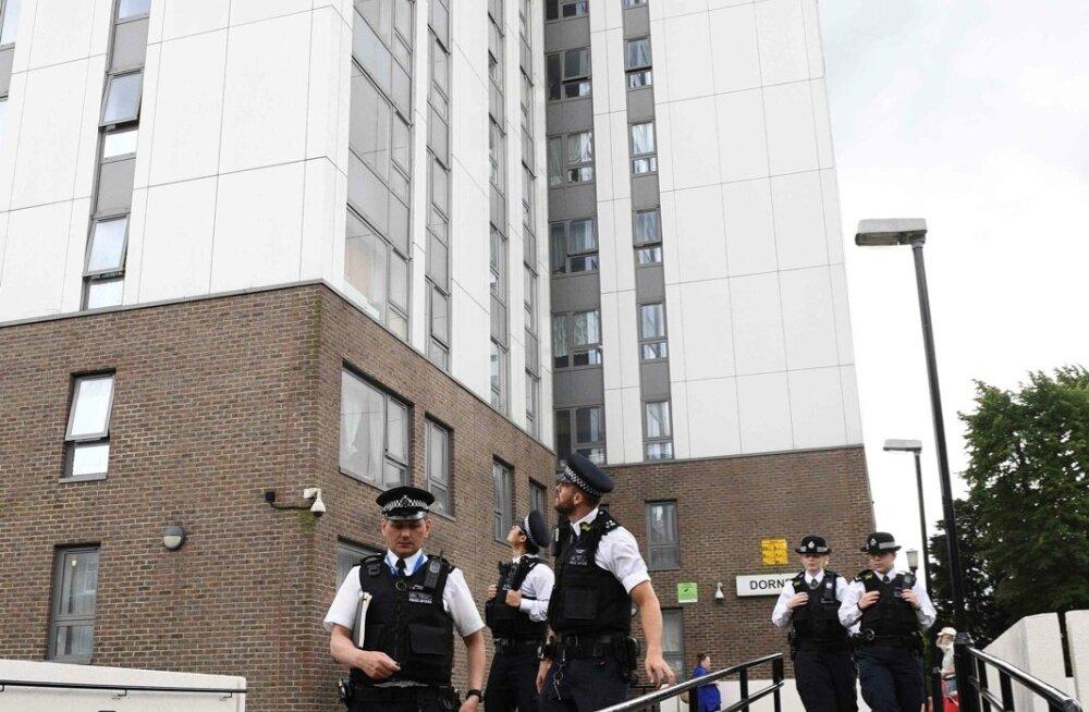 Londoni politseinikud pühapäeval ühe evakueerimisele määratud maja juures.