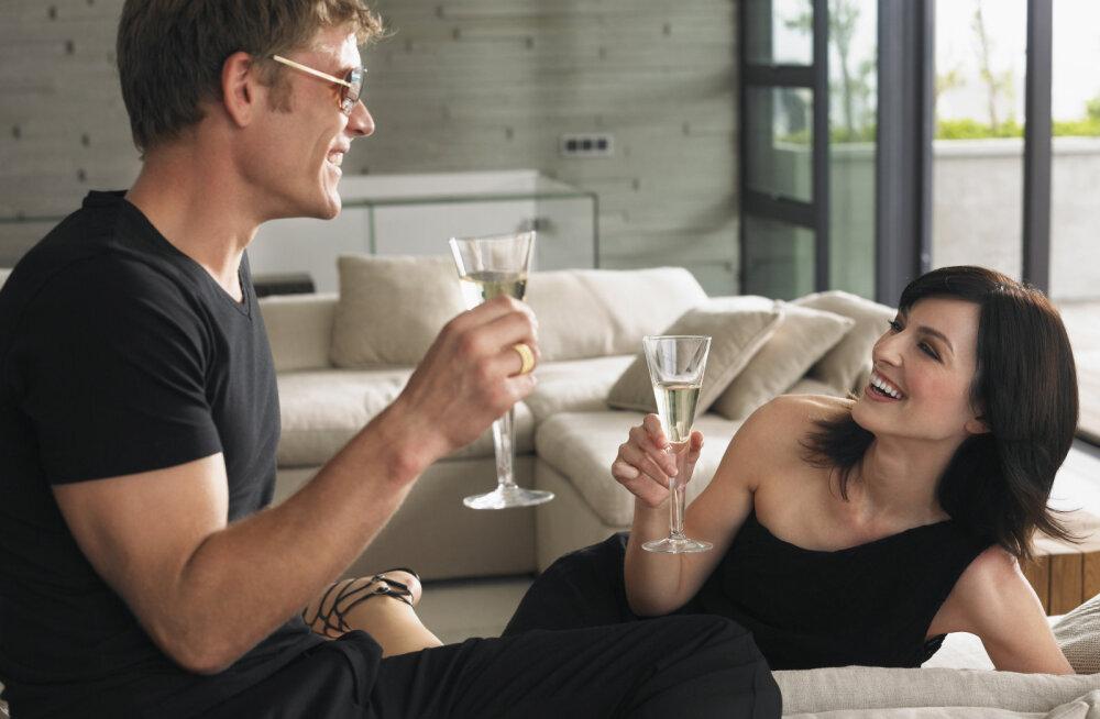 Kui soovid jõulude ajal skoorida: 10 asja, mida oma naisele öelda, et ta end kohe alasti võtaks