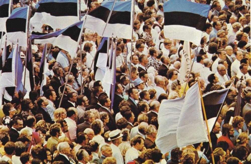 Ajal, kui kodu-Eesti laulupidudel lauldi punalippude all ja nõukogude võimu ülistuseks, lehvisid ESTO-l avalikult sinimustvalged lipud ja nõuti Eestile vabadust.